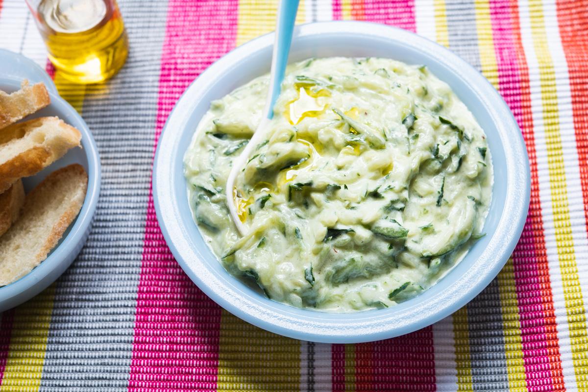 como fazer pasta grega de pepino e iogurte